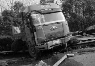 杭州绕城高速两辆货车相撞后翻下路基 致一死一伤11--